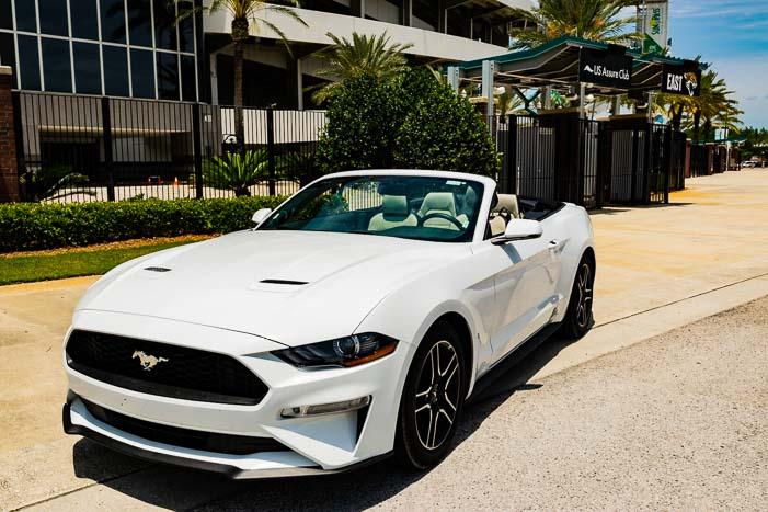 Ford Mustang Cabrio vor dem Stadion der Jacksonville Jaguars
