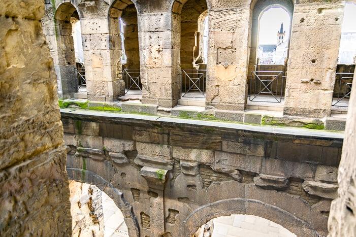 Blick in den Innenhof der Porta Nigra in Trier