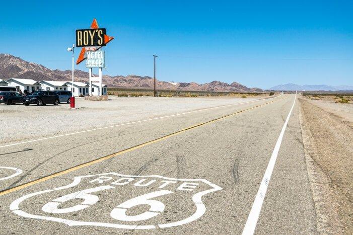 Instagram Spot in den USA Roy's Motel Cafe mit Route 66 Schild auf der Straße
