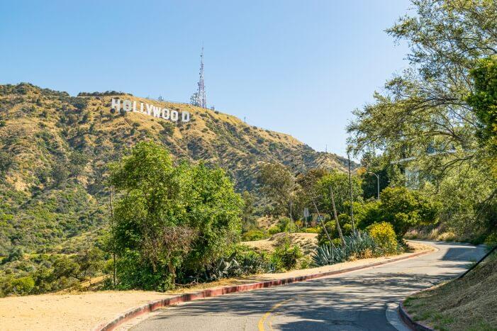 Die Sehenswürdigkeit in Los Angeles schlechthin. Der Hollywood Schriftzug. Besonders guten Blick auf das Hollywood Sign hast du vom Lake Hollywood Park
