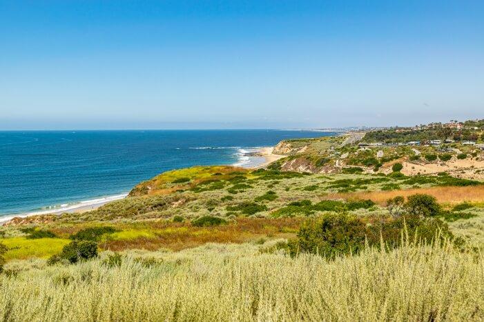 Wandern im Crystal Cove State Park in Kalifornien mit Ausblicken auf den Pazifischen Ozean
