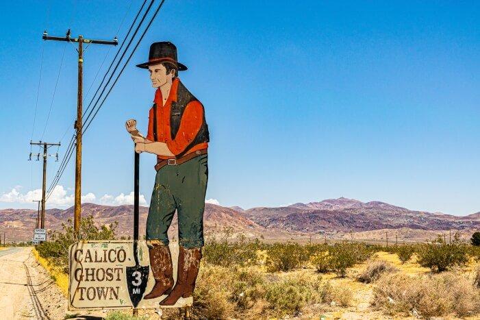 Hinweisschild auf Calico Ghost Town in 3 Meilen